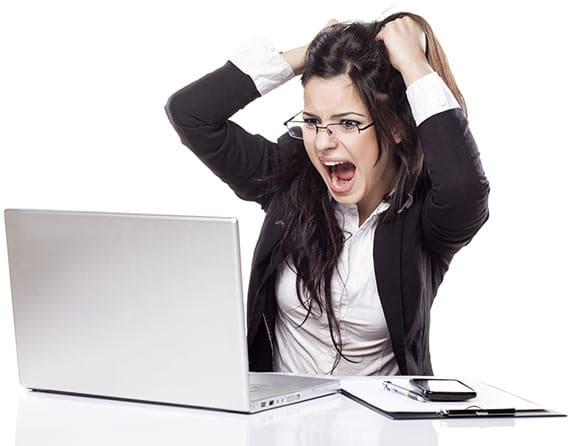 zdjęcie kobiety wyrywającej sobie włosy patrzącej w komputer