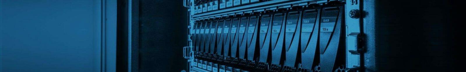 zdjęcie macierzy w szafie rackowej odzyskiwanie danych z serwera Odzyskiwanie danych z serwera macierze