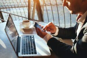 biznesmen-ze-smartfonem53078258_small-300x200 ODZYSKIWANIE DANYCH Z TELEFONÓW KOMÓRKOWYCH I SMARTFONÓW